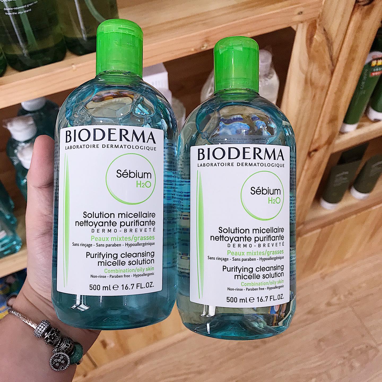 Nước tẩy trang Bioderma xanh là sản phẩm chuyên trị cho da dầu và dễ nổi mụn.